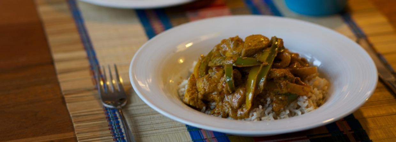 Bord curry tikka masala op tafel