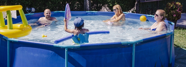 Gezin zit in zwembad in tuin