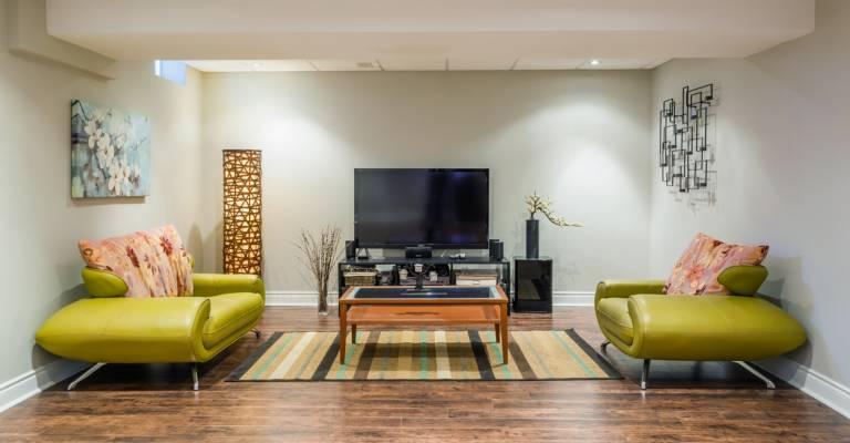 Moderne woonkamer met flatsceen tv